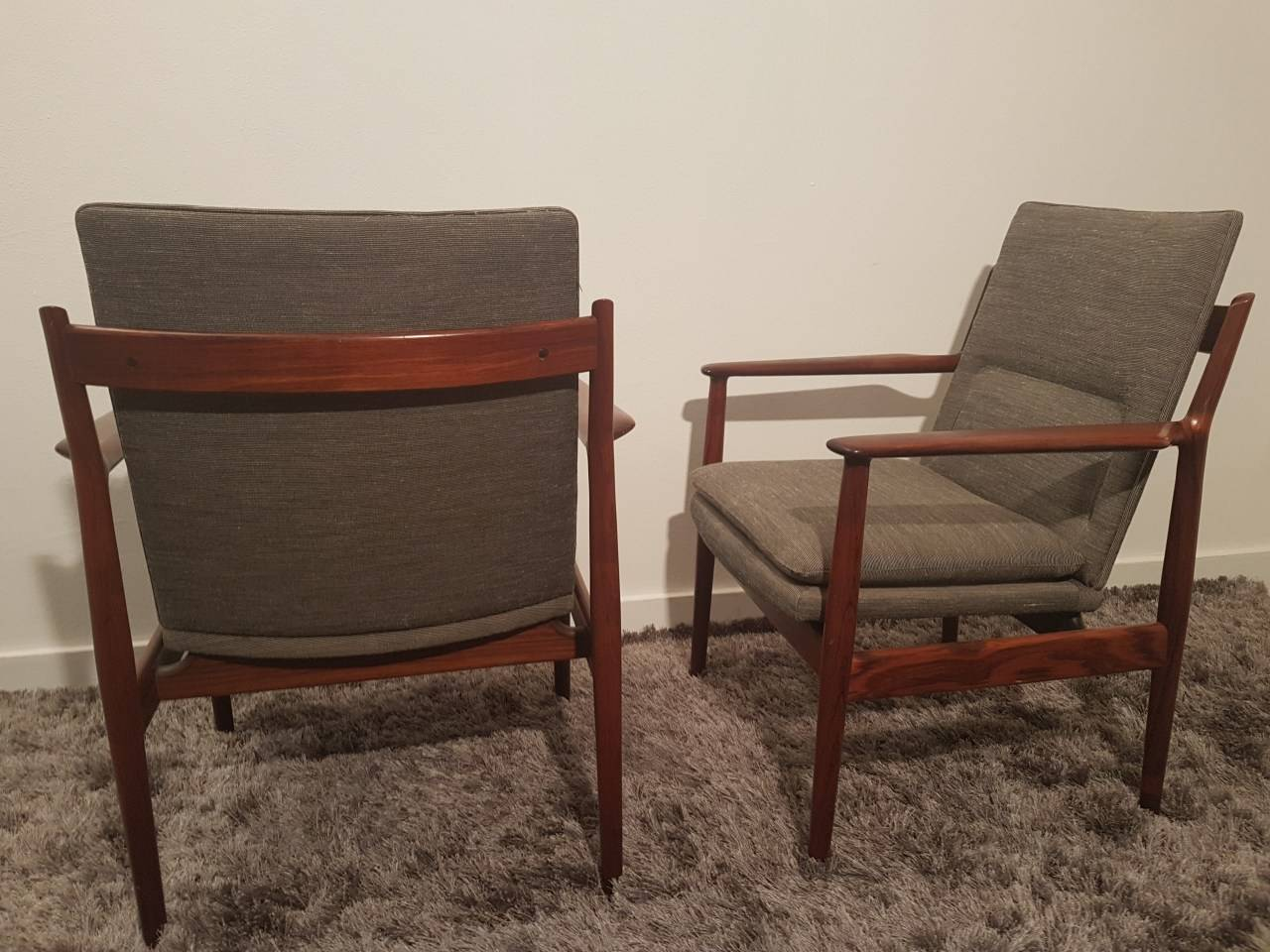 Deux fauteuils scandinaves arne voder benoit de moffarts for Meuble alsemberg
